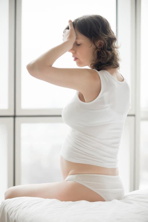 Mujer embarazada con las manos en el vientre